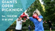 Zwei Frauen boxen im Freien