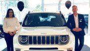 Zwei Autoverkäufer mit einem Jeep