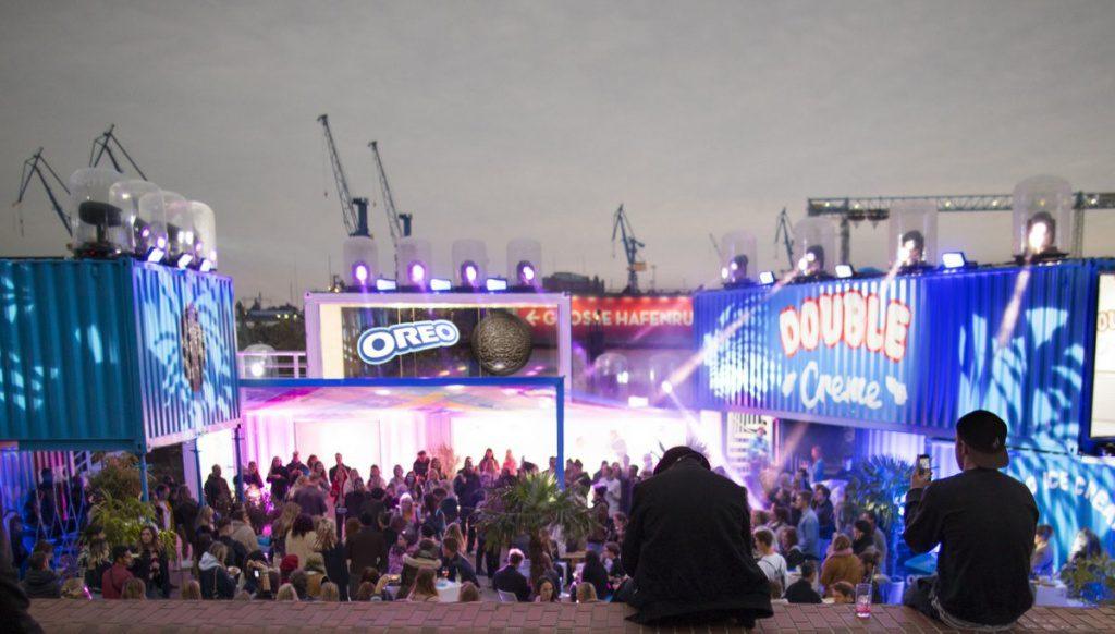 Blick auf die Oreo Pop up World aus Containern gebaut