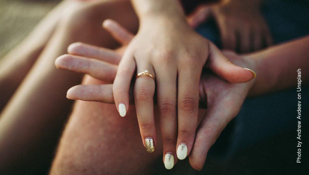 Vertrauen - Hände berühren sich