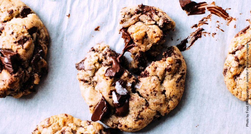 Kekse auf dem Backblech - Kekskrümmel