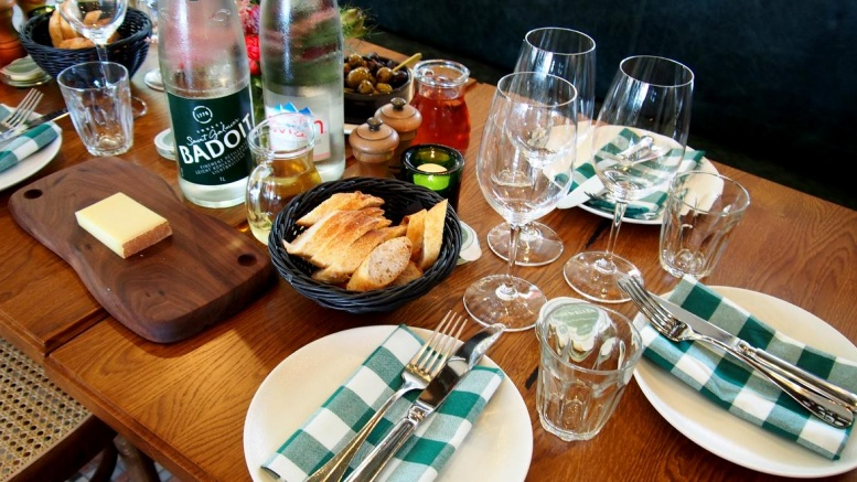 Ein gedeckter Tisch in einem Bistro