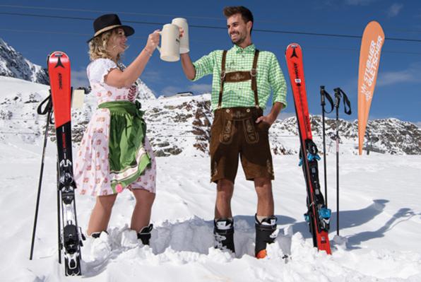Zwei Skifahrer in Tracht im Schnee