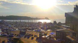 Blick auf Hotel und Marina. Rechts das Hotel im Abendlicht