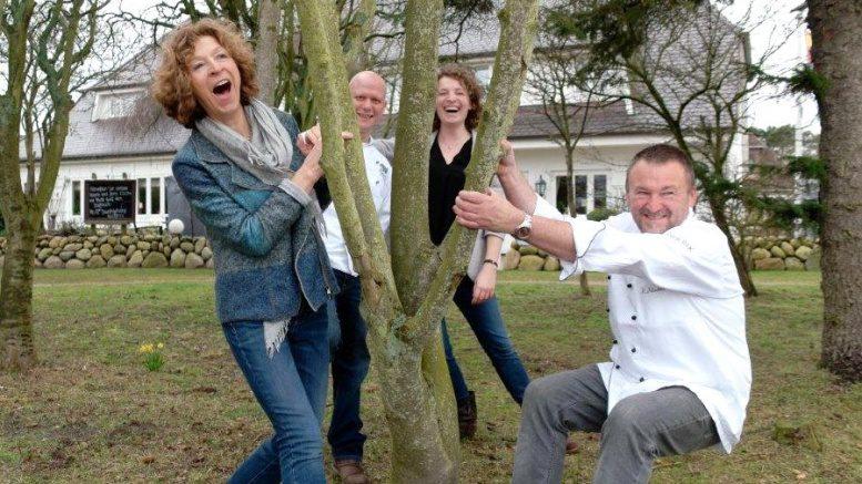 Die Familie Fitschen rund um einen kleinen Baum