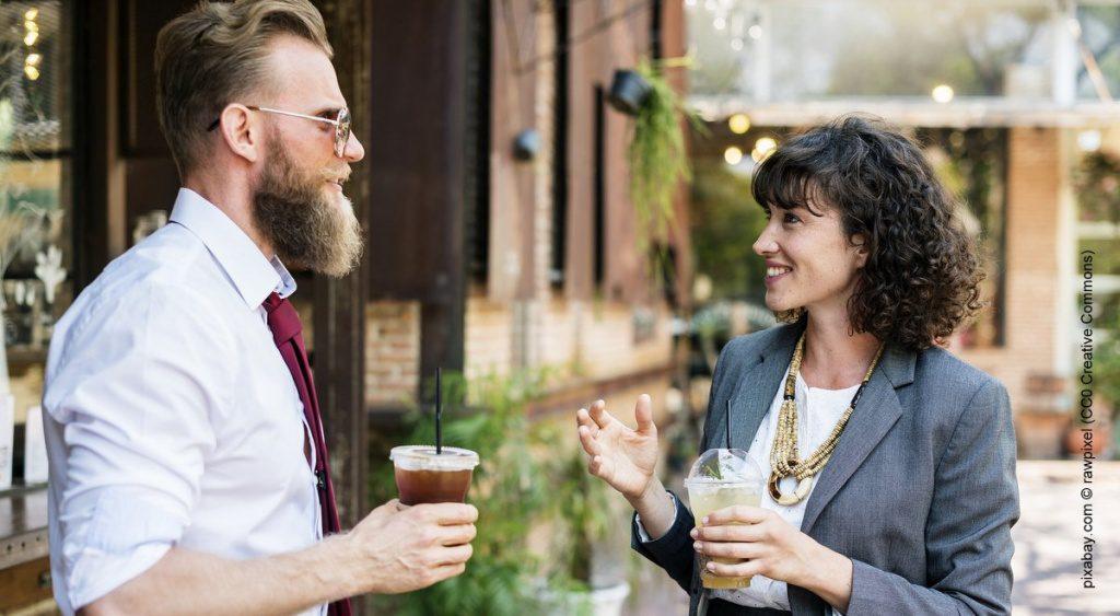 Ein Mann und eine Frau sprechen miteinander