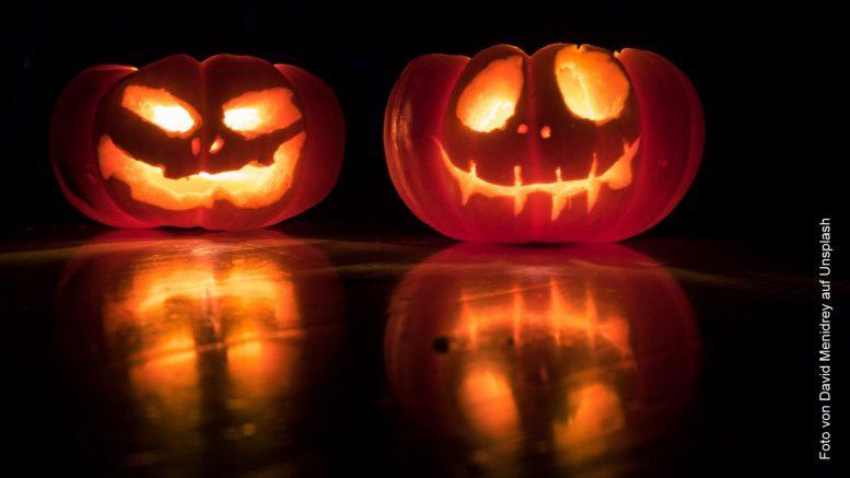 Zwei Halloween Kürbisse beleuchtet im dunkeln