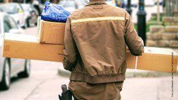 Ein Kurierfahrer mit Paketen liefert aus