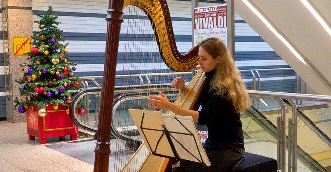 Harfistin auf der AlsterArt Charity Kunstausstellung