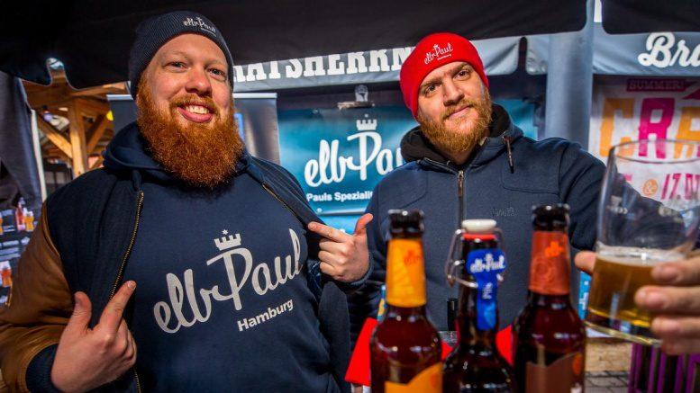 Zwei Männer am elbPaul Stand