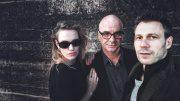 Zwei Männer und eine Frau in schwarz