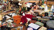 Flohmarktstand mit vielen alten Sachen