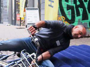 Der Hövding Fahrradfahrer Airbag in Aktion