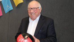 Uwe Seeler mit Fußball