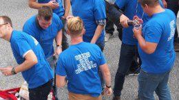 Männer in blauen T-Shirt feieren Junggesellenabschied