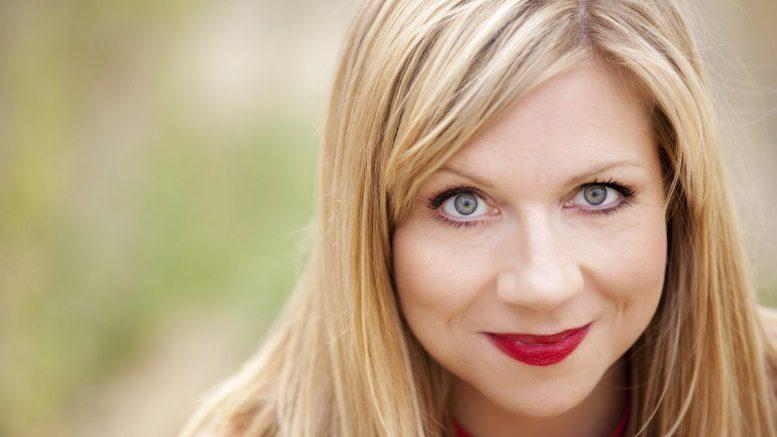 Mirja Regensburg ist ein Comedian