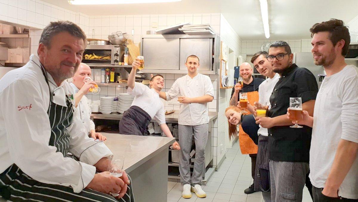 Köche in der Küche von Fitschen am Dorfteich nach der Arbeit