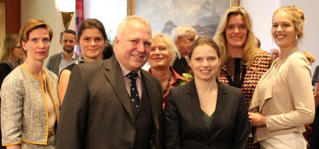 Gruppenbild mit Senatorin Melanie Leonhard