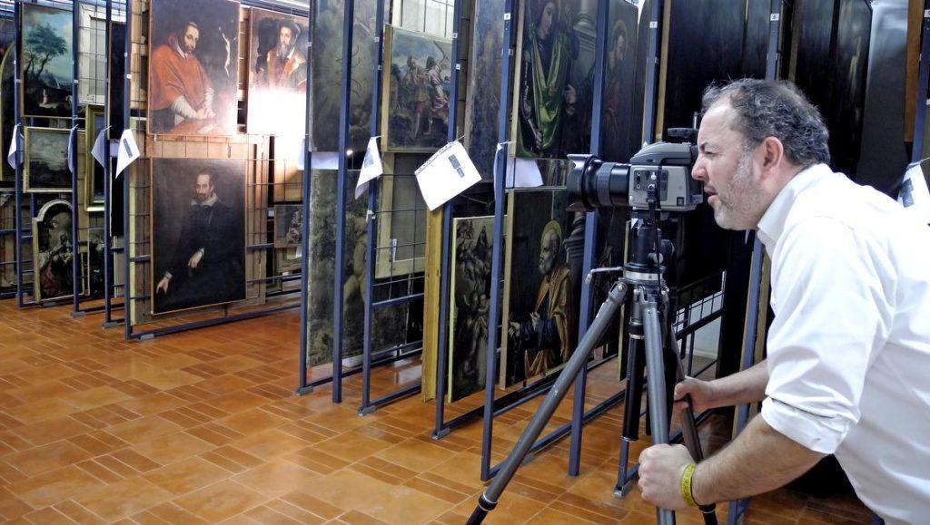 Der Fotograf Mauro Fiorese bei der Arbeit