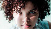 Eine Frau die Kontaktlinsen trägt