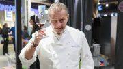 Sternekoch Karlheinz Hauser hebt ein Glas