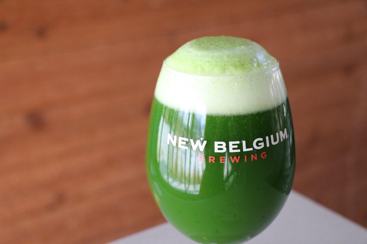 Ein Bierglas mit grünen Bier