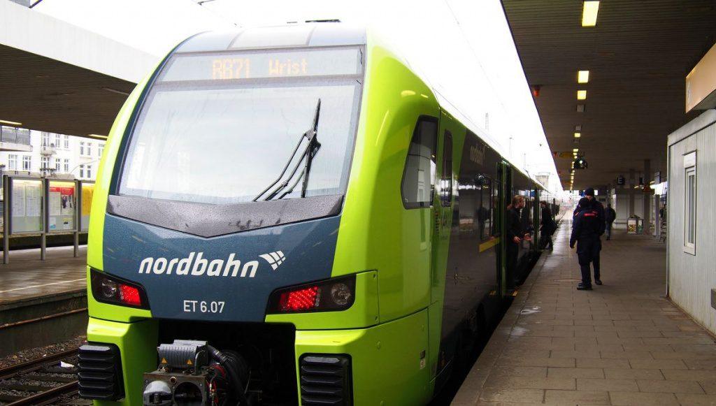 nordbahn Zug im Bahnhof Altona