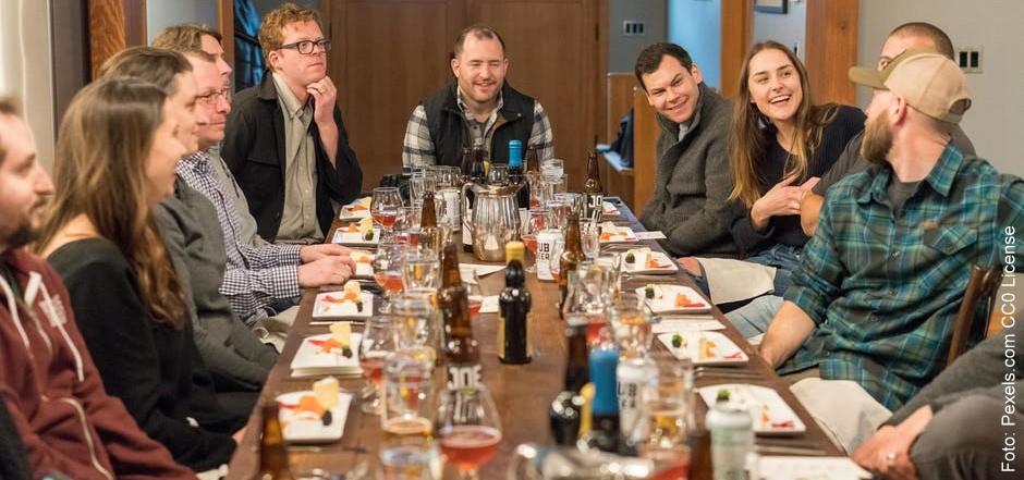 Gruppe an einem Tisch mit Getränken