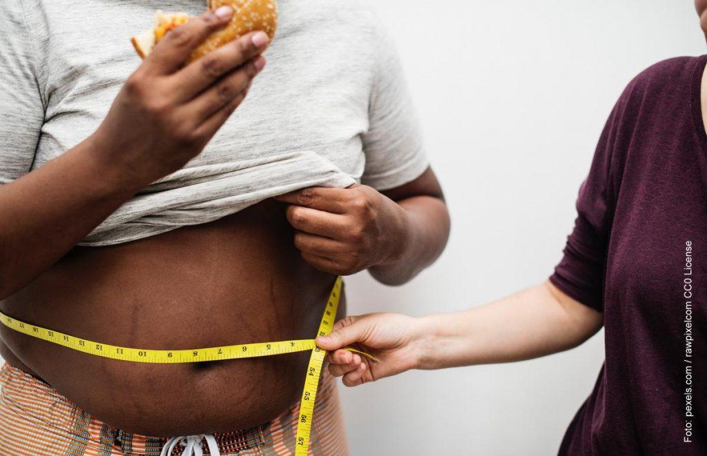 Mann mit dicken Bauch
