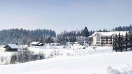 Aussenansicht im Schnee des Hotels Maibrunn