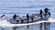 Ein Helgoländer Börteboot mit Besatzung