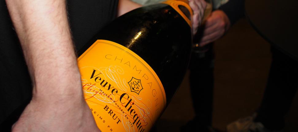 Große Champagnerflasche wird eingeschenkt