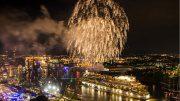 Kreuzfahrtschiff mit Feuerwerk