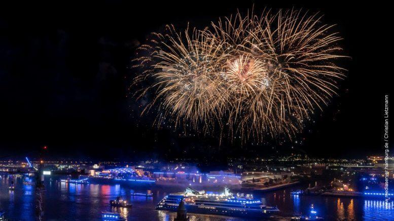Kreuzfahrtschiff im Hamburger Hafen mit Feuerwerk