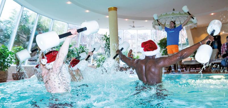 Weihnachtsmänner im Swimming Pool