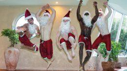 Weihnachtsmänner springen ins Wasser
