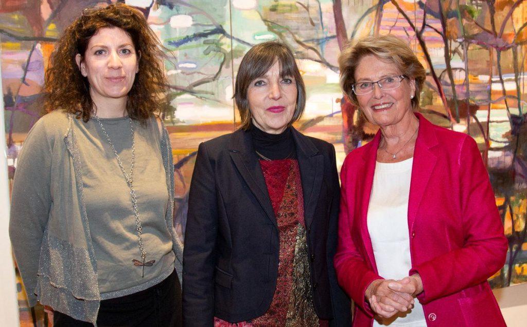 Christiana Block mit der Malerin Katharina Duwe und der Laudatorin Friedrike Weimar
