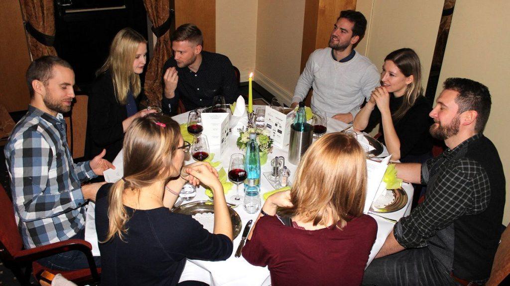 Tischgesellschaft bei der Tour de Gourmet Jeunesse 2019