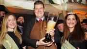 Finanzsenator mit zwei Bierköniginnen beim Anstich Hamburger Senatsbock