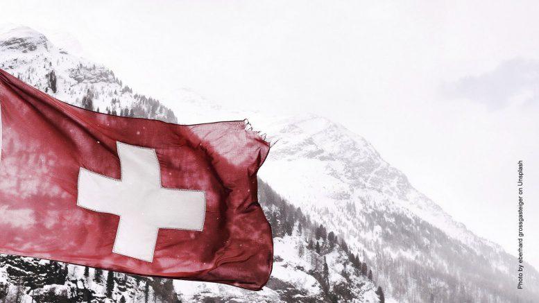 Schweizer Flagge in den Bergen