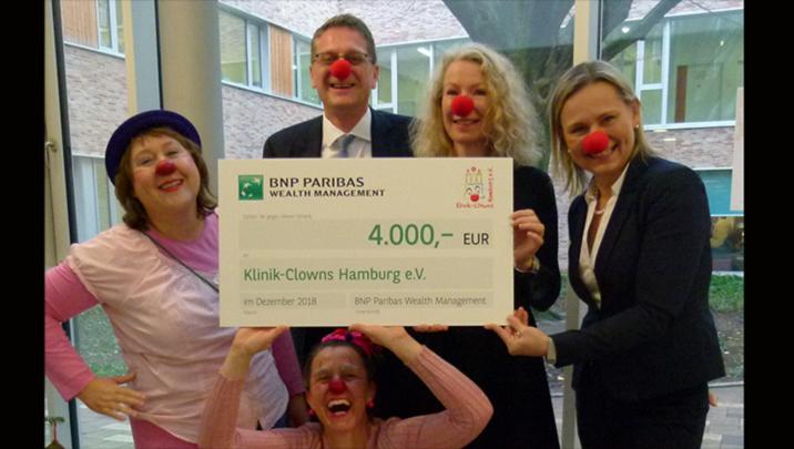 Scheckübergabe an Hamburger Klinik Clowns