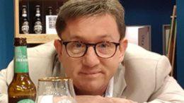Christian Loeb mit Bierflasche und Glas