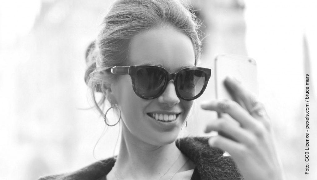 Eine Frau hält ein Smartphone