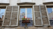 Ein altes Holzfenster mit Fensterladen