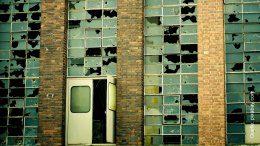 Alte Fabrik mit kaputter Fensterfront