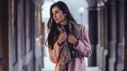 Frau im Mantel mit Schal