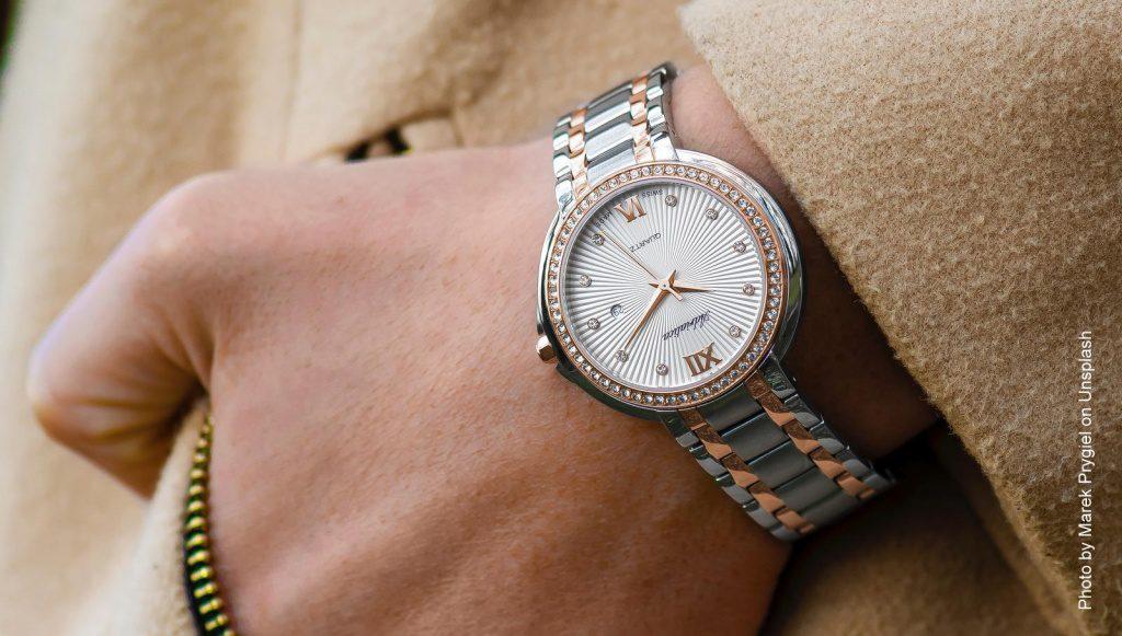 Frauenhand mit Uhr