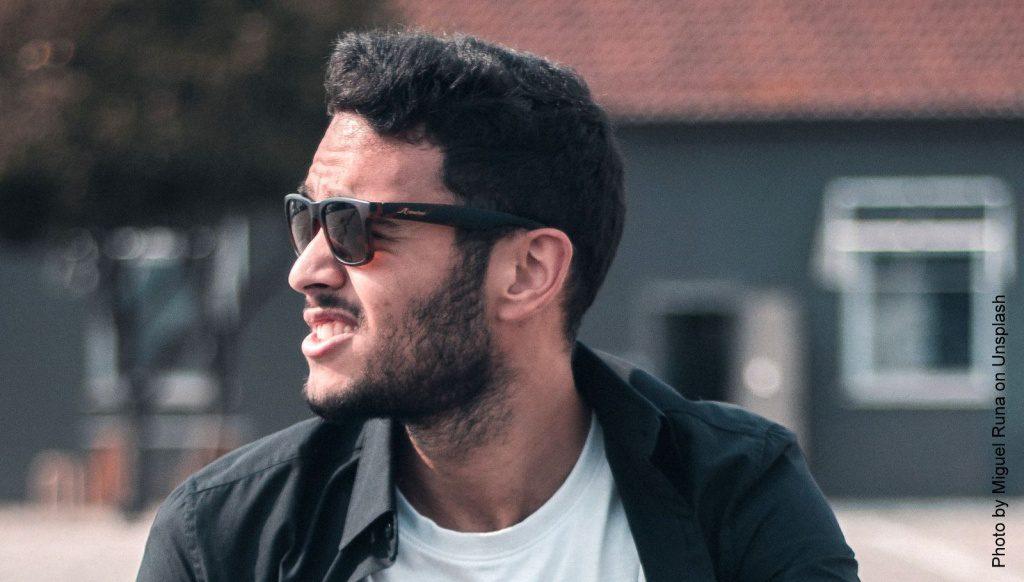 Mann mit Haaren und Sonnenbrille