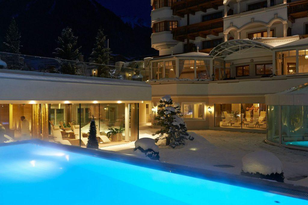 Outdoor Hotelpool im Winter