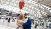 Paar auf dem Hamburger Flughafen